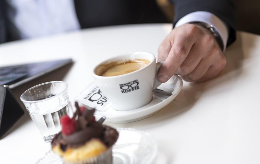kop koffie met gebakje