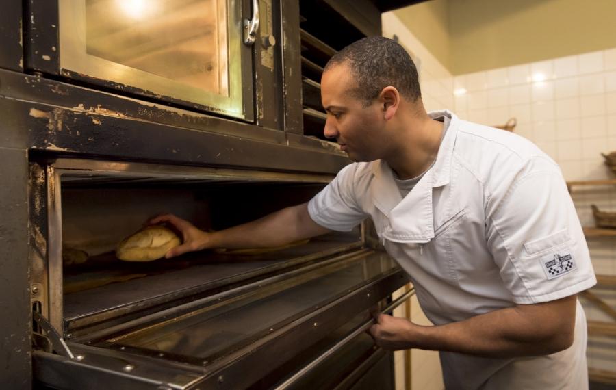 bakker bij oven