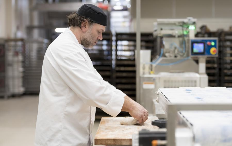 bakker bij werkbank