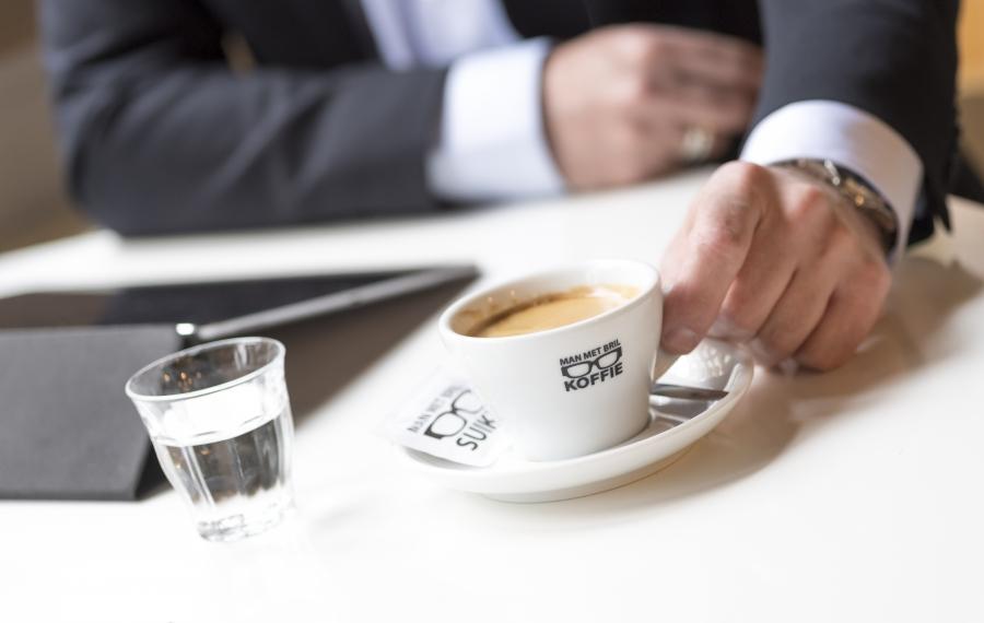 koffie man in pak