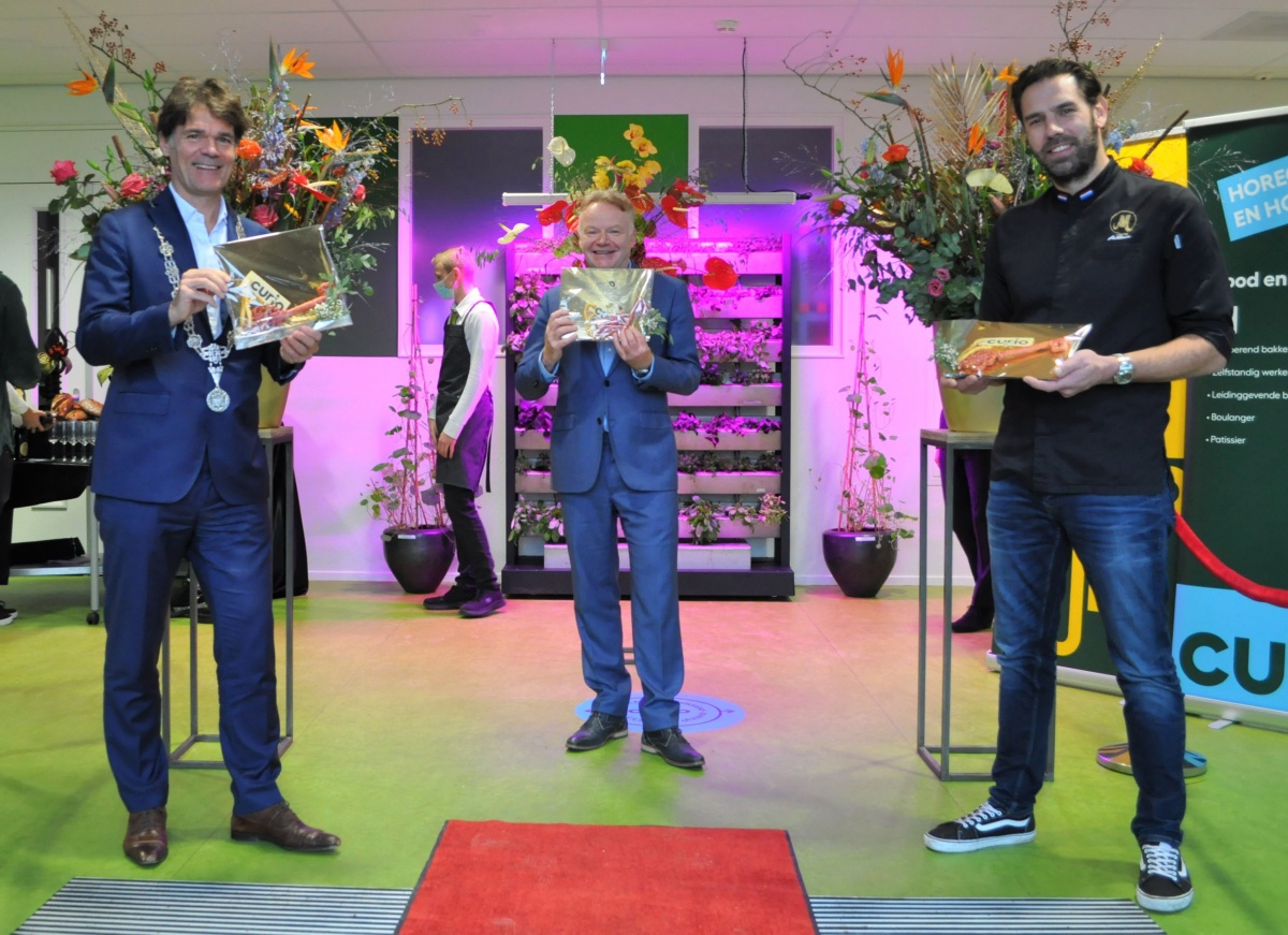 Foto: burgemeester Paul Depla,  Rob Neutelings en Hidde den Babander bij de opening van de nieuwe locatie van Curio