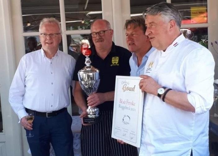 Foto: Bakker Schotanus ontvangt de prijs voor het beste Friese roggebrood